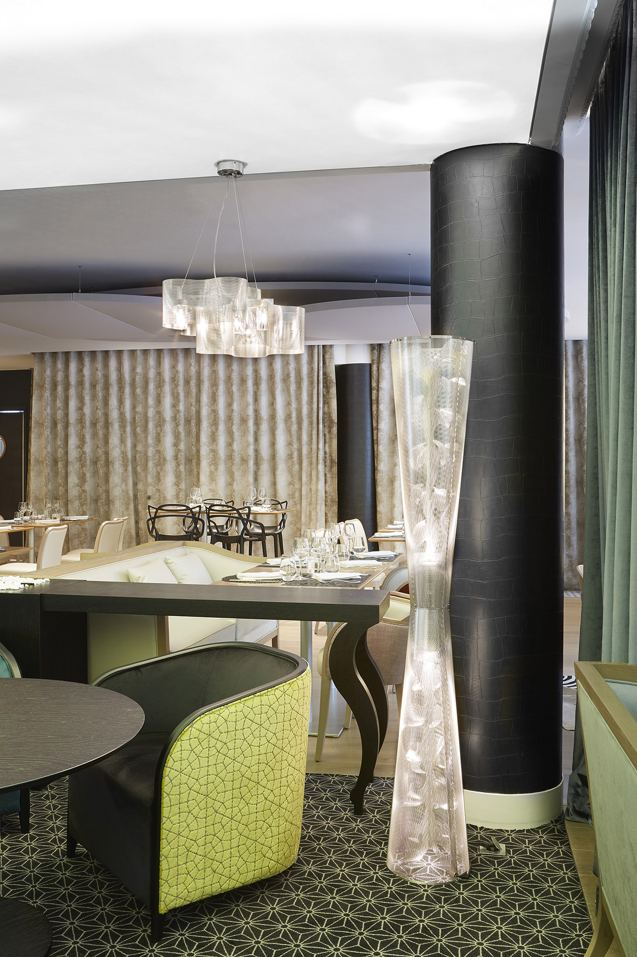 Luminaire colonne de lumière Florale restaurant roissy Thierry Vidé Design