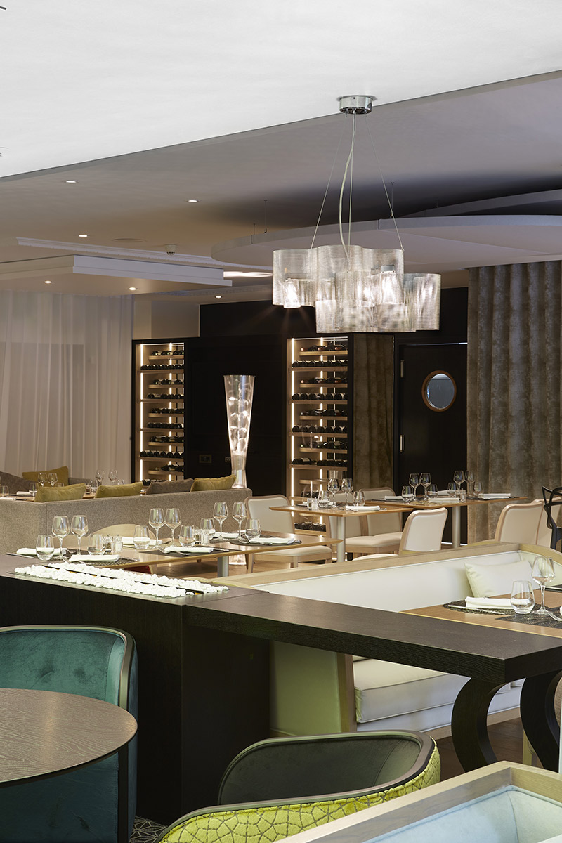 Luminaire Suspension Petit Nuage et colonne florale restaurant hôtel Paris Thierry Vidé Design
