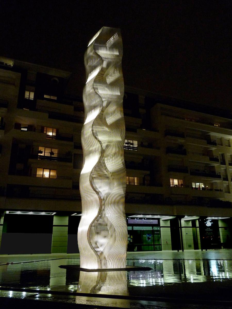Sculpture colonne Onde Bois Colombes nuit Thierry Vidé Design