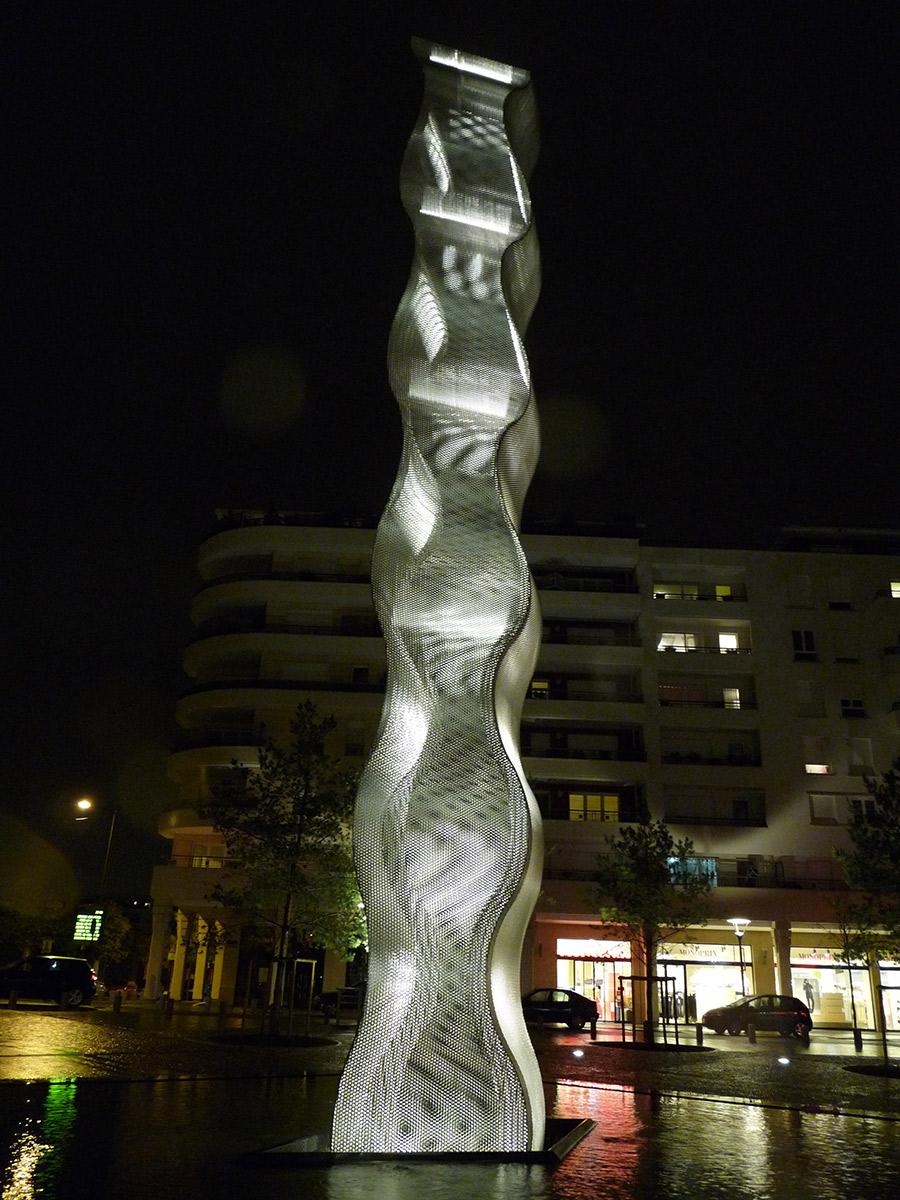 Sculpture colonne Onde Bois Colombes nuit dos Thierry Vidé Design