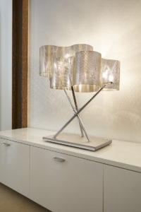 luminaire lampe thierry vidé design posé sur un meuble blanc