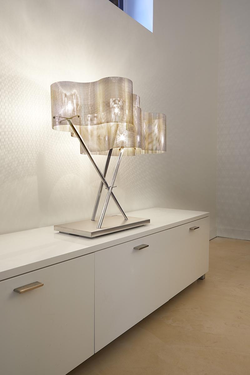 Lampe Nuage posée sur un meuble blanc dans un salon luminaire Thierry Vidé design